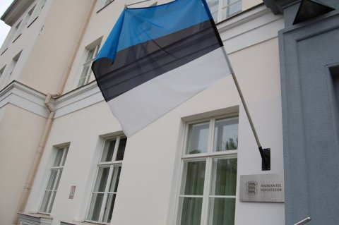 Fotol Andmekaitse Inspektsiooni maja silt ja Eesti lipp