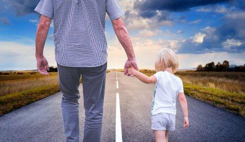 Vanem ja laps jalutavad mööda teed