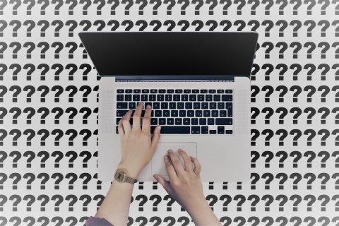 Käed läptopi klaviatuuril