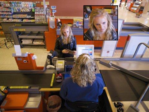 Klient seisab leti juures ja tema nägu on kuvatud ekraanile