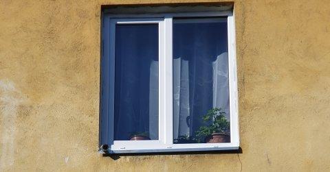 videokaamera aknalaua küljes